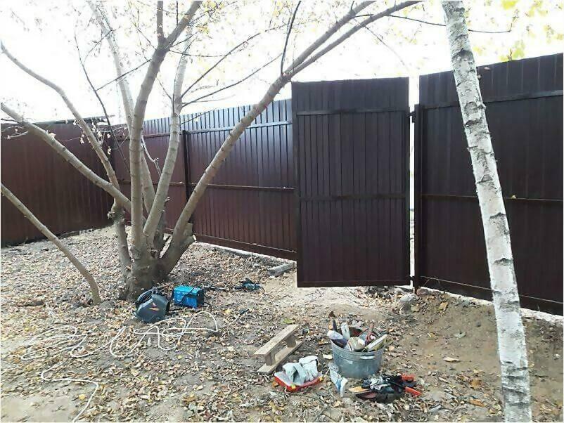 Забор из металлопрофиля 8017 коричневый фото 3