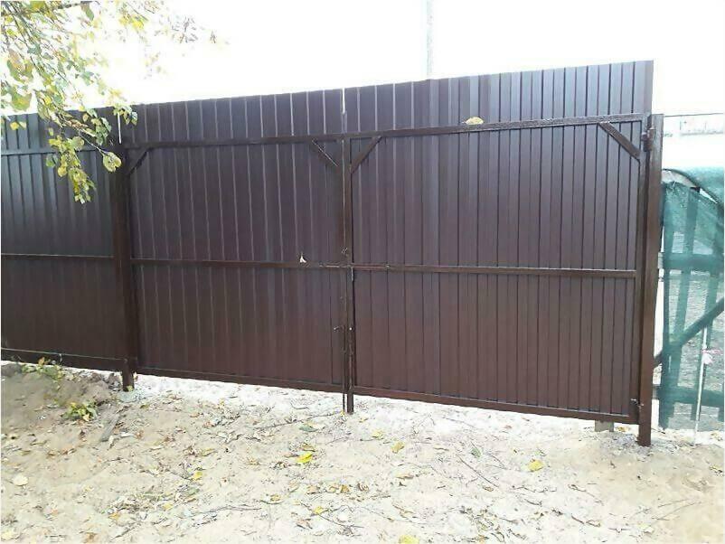 Забор из металлопрофиля 8017 коричневый фото 2